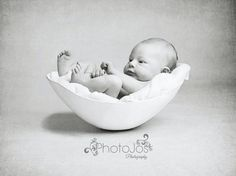 UK photographer Jocelyn Conway has sparked a new trend in newborn photography, and it's absolutely beautiful.