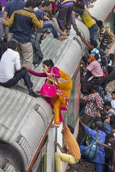 Local documentary maker Yousuf Tushar spent a day at Dhaka city train station in Bangladesh to capture the crowd of men, women and children who clamber onto the roof and sides of the train. Bangladesh Travel, Dhaka Bangladesh, Social Photography, Street Photography, We Are The World, People Around The World, National Geographic Photography, India Street, Amazing India