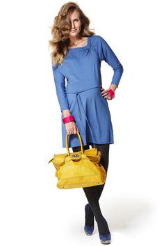 Vestido corto premamá en punto de viscosa elastano en color azul con frunce en el escote, manga larga y cinturón