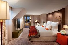Discover one of the most luxurious accommodations Paris has to offer at our hotel near Place Vendôme with spacious rooms and suites. Chicago Hotels, New York Hotels, Mandarin Oriental, Paris Accommodation, Rue Saint Honoré, Penthouse Suite, Fine Hotels, Pent House, My Dream Home