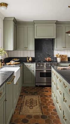 Sage Green Kitchen, Green Kitchen Cabinets, Kitchen Cabinet Colors, Green Kitchen Walls, Painted Kitchen Cabinets, Green Country Kitchen, Olive Kitchen, Vintage Kitchen Cabinets, Dark Kitchen Cabinets
