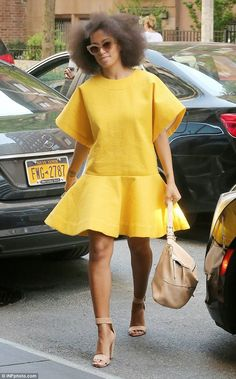 Solange Knowles who is the sister of Beyonce Knowles was spotted strolling on the streets of New York wearing a playful yellow mini dress Solange Knowles, African Wear, African Fashion, Looks Street Style, Spring Fashion Outfits, Celebrity Look, Mellow Yellow, Yellow Dress, Her Style