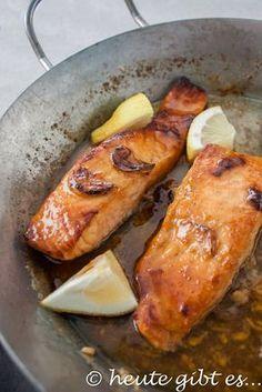 Honig-Knoblauch-Lachs, ein sehr einfaches Gericht mit Fisch, das perfekt zu einem leckeren Salat schmeckt. Das Rezept für diesen leichten Hauptgang gibt es auf www.heute-gibt.es