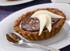 Ατομικά ταρτάκια με σοκολάτα και μπισκότα Desserts, Food, Table, Chocolate Tarts, Greedy People, Pears, Tailgate Desserts, Deserts, Essen