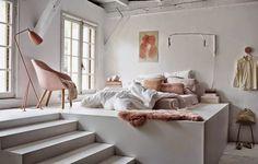 skandynawska sypialnia,łóżko na podeście,podesty w sypialni,sypialnia w stylu skandynawskim,wysokie pomieszczenia,jak urządzić sypialnię z wysokimi sufitami,miedziany kolor we wnetrzach,miedziane dodatki,skandynawska lampa podłogowa,różowe lampy,pudrowy róż dodatki,fotelik w miedzianym kolorze,pudrowy róż tapicerka,brudny róż,futrzak miedziany kolor,poduszki różowe i miedziane,druciany stolik.kinkiet z wysięgnikiem,industrialne lampy i kinkiety
