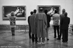 'Regarding Women', Prado Museum, Madrid, Spain, 1995 (Elliott Erwitt / Magnum Photos) Magnum Photos, Francisco Goya, Documentary Photographers, Famous Photographers, Photo Gag, Eliot Erwitt, Elliott Erwitt Photography, Goya Paintings, Marc Riboud