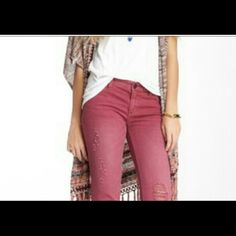 """🌺Free People Distressed Capris🌺 Fabulous Festival Ready Free People Distressed Capris. These babies are butter soft and ready to be worn slouchy with your fave tank! They feature factory sanding and distressing and raw hemline. Rise 8"""" inseam 20"""". Free People Jeans Ankle & Cropped"""