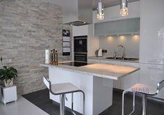 Studio Pinio WYSPA KUCHENNA - Kuchnia wraz z jadalnią, czyli połączenie estetyki z praktycznym zastosowaniem.