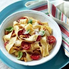 Pasta with fresh tomato and walnuts Nut Recipes, Great Recipes, Chinese Food, Pasta Salad, Main Dishes, Fresh, Cooking, Health, Ethnic Recipes