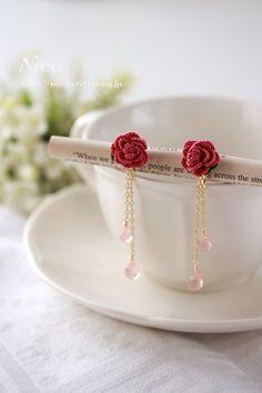 mieです。ラヴィドリュクス期間限定ショップで好評だったバラさん♪11月3日から吉祥寺PARCOでスタートするvol.19にもお届けしようと、編み始めまし... Crochet Necklace Pattern, Crochet Jewelry Patterns, Crochet Flower Tutorial, Crochet Flowers, Handmade Jewelry Designs, Handmade Accessories, Diy Earrings, Earrings Handmade, Diy Jewelry Projects