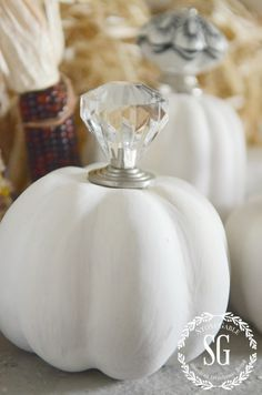 KNOB TOP PUMPKINS These little chic pumpkins are so easy to make!!! And adorable! stonegableblog.com