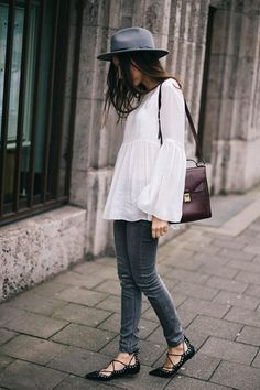 Inserir um chapéu na produção é a forma mais rápida de conferir ares fashionistas ao visual. Para completar o look, uma camisa branca com manga larga e calça jeans escura