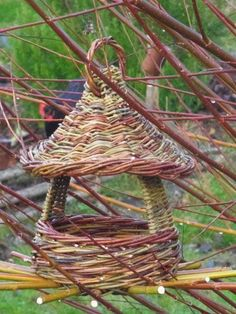 Willow Weaving, Basket Weaving, Weaving Projects, Diy Projects, Book Baskets, Garden Basket, Birdhouse Designs, Deco Nature, Basket Crafts