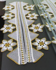 Sipariş ve fiyat için dm lütfen💕💕 #igne #igneoya #igneoyahavlu #keşfet #keşfetmeyiseviyoruz #siparis #instagramers #instagram #instagood #handmade #handmadejewelry #elisim #birliktebuyuyoruz #model #foto #konya #türkiye Crochet Towel, Crochet Borders, Baby Vest, Beanie, Crochet Flowers, Baby Knitting, Tatting, Diy And Crafts, Brooch