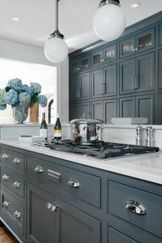 meubles de cuisine, fleurs sur la table dans votre cuisine moderne, meubles de cuisine