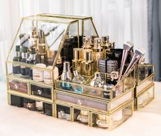 27 Brilliant Jewellery Organizer Ideas that Will Add Fun to Organization - The Trending House Diy Makeup Organizer, Organizer Box, Make Up Organizer, Makeup Storage Organization, Make Up Storage, Cosmetic Storage, Makeup Storage Glass, Acrylic Makeup Storage, Food Storage