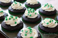 Chocolate Stout Cupcakes With Bailey's Irish Cream Cheese Frosting from Skinnytaste - In Your Face Disgrace Party goers can count on this little treat this weekend. Delicious Desserts, Dessert Recipes, Yummy Food, Cookie Recipes, Healthy Food, Double Chocolate Stout, Baileys Irish Cream, Skinnytaste, Nutrition
