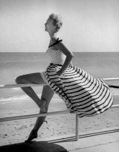 Vintage beach photography - Photo by Nina Leen - Miami, 1955 Foto Fashion, Miami Fashion, 1950s Fashion, Fashion History, Fashion Models, Beach Fashion, Fashion 2016, Street Fashion, Fashion Trends