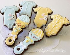 Love all the little details in these baby shower cookies from My Little Bakery. Dark cookie makes the handle on the rattle stand out more. Cute.