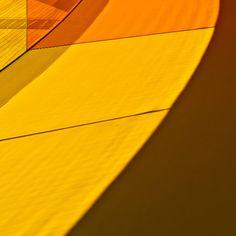 Gele en oranje schaduw in het Regenoogpanorama in Aarhus, Denemarken.