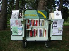 Bookmobile/mobilivre/pop-up library part III Library Cart, Library Ideas, Library Bookshelves, Bookcase, Street Library, Mobile Library, Pop Up Market, Art Cart, Mobile Marketing