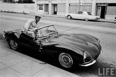 Steve McQueen s'installe à bord de sa jaguar XK SS © Photo by :