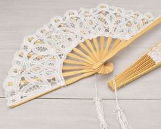 Fächer aus eleganter Spitze und Holz - ideal für die Abkühlung an heißen Sommertagen! Hand Fan, Wedding Initials, Two Hearts, Glass Beads, Lace, Timber Wood