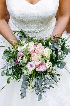 Brautstrauß mit Rosen und Eukalyptus. Foto: Die Ceh