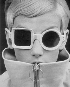 Twiggy in Pierre Cardin Twiggy, Fashion Mode, 1960s Fashion, Vintage Fashion, Face Fashion, Funny Fashion, Womens Fashion, Fashion Eye Glasses, Fashion 2015