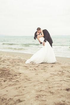 Fotografía de novios besándose en la playa