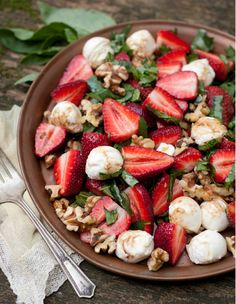 strawberry caprese + 9 other deliciously unique caprese salads Top Unique Caprese Salads - 10 unique Caprese recipes. From prosciutto and melon to persimmons and pomegranates unique Caprese salads are available all year long. Spring Salad, Summer Salads, Healthy Summer, I Love Food, Good Food, Yummy Food, Tasty, Clean Eating, Healthy Eating