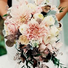 Every bride at the wedding will hold a bouquet of flowers, and this bouquet of flowers is the bouquet. The bouquet carries the happiness and sweetness of the bride and groom, so the choice of Read more… Dahlia Wedding Bouquets, Bride Bouquets, Bridal Flowers, Floral Wedding, Dalia Bouquet, Flower Bouquets, Wedding Vintage, Neutral Wedding Flowers, Flowers For Weddings