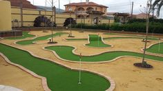 Un jardin con #cespedartificialgolf en el que se ha diselado una divertida ronda tipo #minigolf #allgrass #artificial_golf #europe