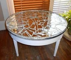 Broken Mirror Mosaic Table- K's got the glass! Now we need the table (uh. Broken Mirror Diy, Broken Mirror Projects, Diy Mirror, Broken Glass, Refurbished Furniture, Furniture Makeover, Painted Furniture, Diy Furniture, Refurbished Mirror
