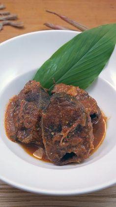 Asam padeh adalah salah satu makanan khas Minangkabau, memiliki cita rasa asam dan pedas. Ikan yang biasa digunakan bervariasi tetapi yang paling umum adalah Ikan Tongkol. Asam padeh yang sudah terkenal ini juga menjadi salah satu dari 30 ikon kuliner tradisional Indonesia.