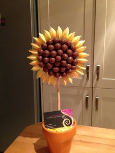 Sunflower sweet tree Candy Trees, Candy Flowers, Candy Arrangements, Bar A Bonbon, Sweet Carts, Sweet Trees, Candy Cart, Torte Cake, Wedding Sweets