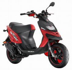 Gilera est une marque détenue par Piaggio. Dans la gamme de scooters 50cc, le Stalker est un polyvalent route et tout terrain avec ses pneus cramponnés. Le scooter Stalker 50 Naked affiche quant à lui un style plus dépouillé avec un guidon à nu. Le refroidissement s'effectue par air forcé. Les suspensions bénéficient d'une fourche hydraulique inversée et d'un mono-amortisseur hydraulique lui aussi. Scooters, Scooter 50cc, Motorbikes, Vehicles, Mini, Naked, Cars, Style, Motorcycles
