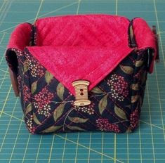 Tutorial caja de tela Sewing Hacks, Sewing Projects, Sewing Tips, Craft Projects, Fabric Boxes, Patchwork Bags, Bottle Holders, Messenger Bag, Diaper Bag