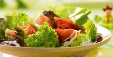 A salátaleveleket kiválogatjuk, megmossuk, majd falatnyi darabokra tépkedjük. A csiperke gombákat és a paradicsomokat megtisztítjuk, megmossuk, majd vékony szeletekre vagy kockákra vágjuk.  Olvasd tovább a képre kattintva! Izu, Vegan, World Recipes, Seaweed Salad, Vinaigrette, Snacks, Ethnic Recipes, Food, Yogurt