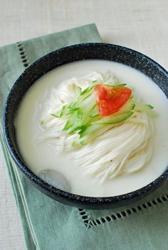 Kongguksu (Chilled Soy Milk Noodle Soup) - More often than not, a small amount of sesame seeds and/or nuts (such as pine nuts, peanuts, almonds, and walnuts) are pureed with the soybeans for an extra-nutty flavor. Asian Recipes, Healthy Recipes, Ethnic Recipes, Asian Desserts, Healthy Food, Vegan Korean Food, South Korean Food, Korean Noodles, Fermented Cabbage