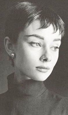 Audrey Hepburn Portrait by Cecil Beaton for Vogue in 1954 – short gamine haircut popular at the time. Audrey Hepburn Portrait by Cecil Beaton for Vogue in 1954 – short gamine haircut popular at the time. Audrey Hepburn Mode, Katharine Hepburn, 3 4 Face, Cecil Beaton, Short Pixie Haircuts, Short Bangs, Pixie Cut, Old Hollywood, Movie Stars