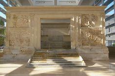 Ara Pacis  é un monumento conmemorativo construído entre o 13 e o 9 a.C. por decisión do Senado Romano, en acción de grazas polo regreso do emperador Augusto tralas súas vitoriosas campañas en Hispania e na Galia e pola paz que este impuxo. Está dedicado a deusa da Paz. O material utilizado é mármore de Carrara.