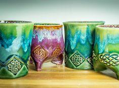 Celtic Tasse glasiert mit Amaco Potters Choice und Celadon #celtics #celticmug #greenmug #pottery #mug #tripodmug #travelmug #howiamaco