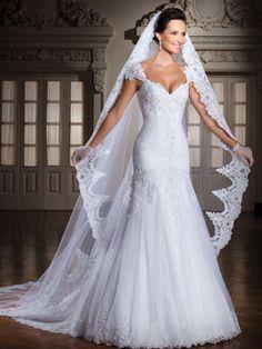 Vestido de noiva sereia, decote coração, renda toda trabalhada em pedrarias e cristais, trabalho de trançado de fita em cetim nas costas, cauda removível.
