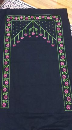 Prayer Rug, Embroidered Bag, Fashion Videos, Hand Embroidery Designs, Needle And Thread, Cross Stitching, Diy And Crafts, Rugs, Sewing