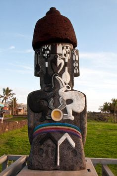 Not all Moai's are historic ruins. This fellow sits in the middle of Hanga Roa, Easter Island and has some pretty funky tattoos on his back! That's some pretty interesting artwork – I wonder what it means. Ancient Egyptian Art, Ancient Aliens, Ancient History, Ancient Greece, Easter Island Moai, Easter Island Statues, Ancient Mysteries, Ancient Artifacts, Unexplained Mysteries