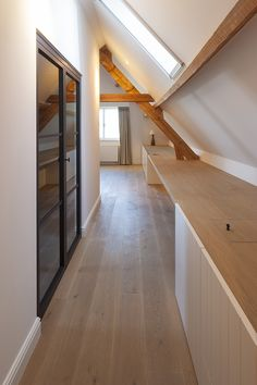 Sofie De Backer interieurarchitecte - woning te Gierle - © foto's Liesbet Goetschalckx Attic Master Bedroom, Attic Bedrooms, Attic Renovation, Attic Remodel, Attic Inspiration, Attic Loft, Attic Design, Attic Apartment, Attic Spaces