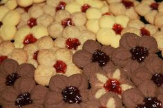 kvietkové sušienky, sušienky z lisu, strojčekové koláčiky, vanilkové sušienky, kakaové sušienky, kávové sušienky, sladký život Pretzel Cookies, Pretzels Recipe, Cookie Icing, Baking Sheet, Sweet Tooth, Food And Drink, Pudding, Dishes, Fruit