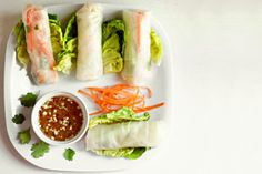 Fresh spring roll with shrimp is one of the world's most delicious dishes. It is simple to make fresh spring rolls with shrimp for family on the weekend. Fresh Spring Rolls, Summer Rolls, Fresh Rolls, Egg Roll Recipes, Snack Recipes, Snacks, Vietnamese Salad Rolls, Rice Paper Rolls, Egg Rolls