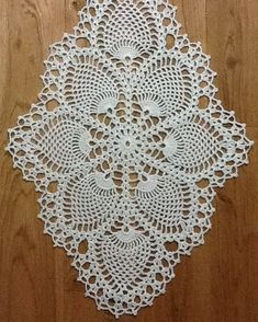 Bu 76 Tığ İşi Çiçekli Boncuklu Oya Modellerine Bakmayan Pişman Olur Estos 76 patrones de costura con cuentas de flores de ganchillo no se arrepentirían Crochet Table Runner Pattern, Free Crochet Doily Patterns, Crochet Tablecloth, Crochet Diagram, Crochet Designs, Diy Crafts Crochet, Crochet Home, Hand Crochet, Crochet Dollies